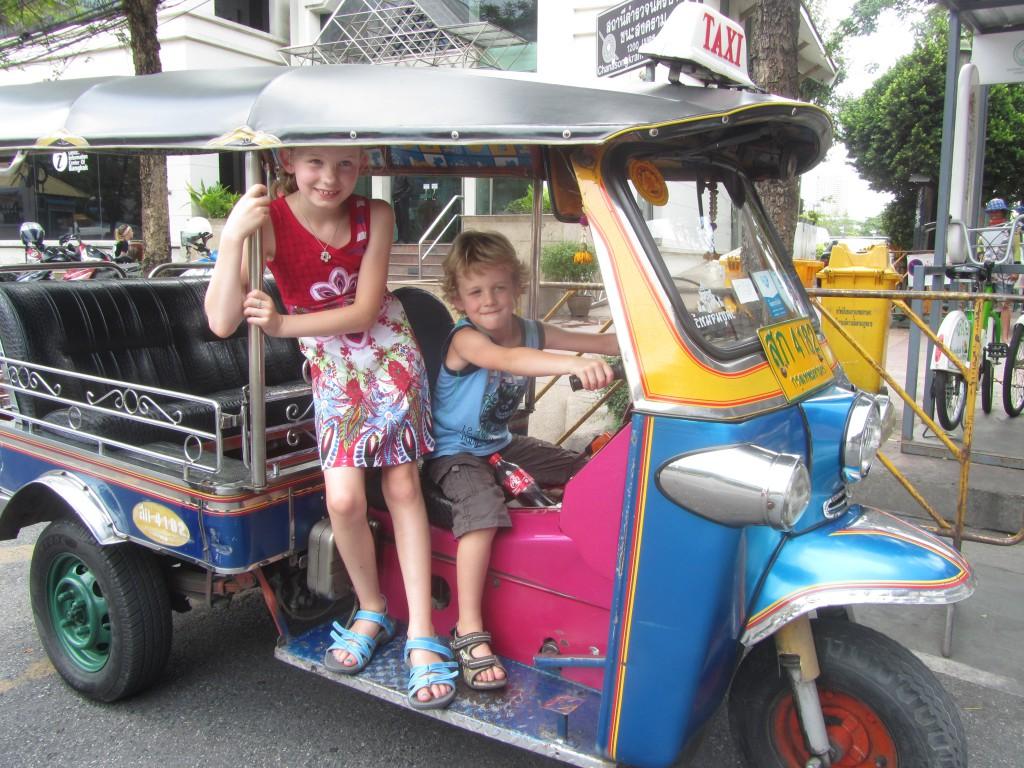 Even achter het stuur van een tuktuk