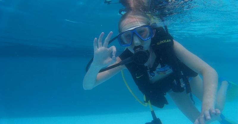 Nora duiken oefenen in zwembad