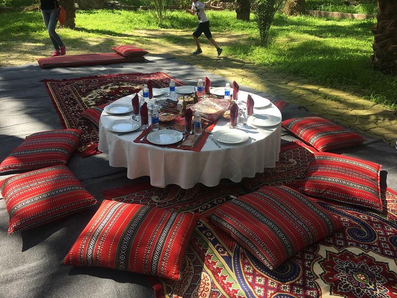 Aan tafel Oman met kinderen