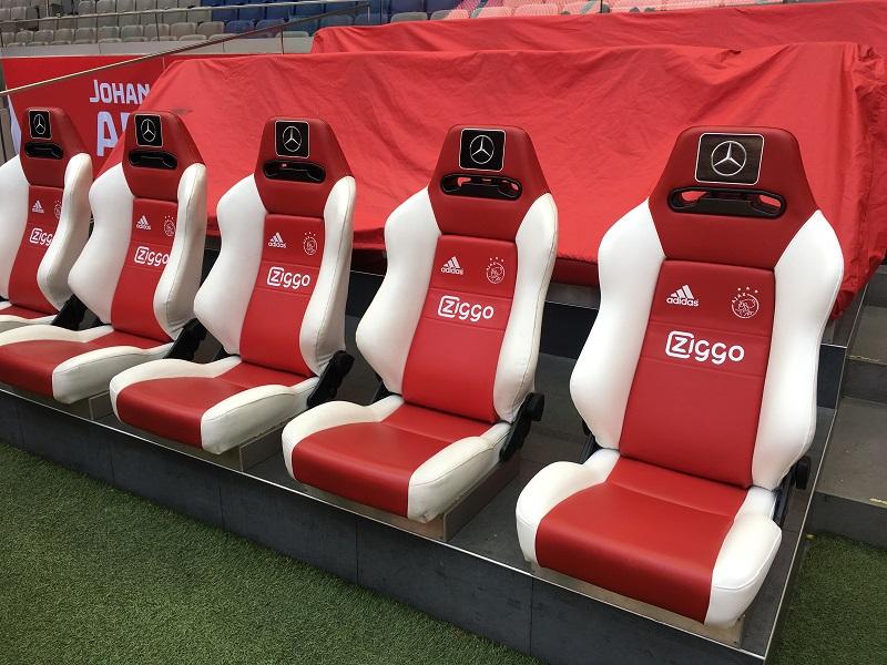 De stoelen van de Ajax zijn verwarmd, die van de tegenpartij.....