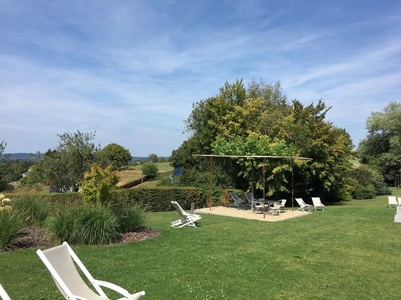 Zitjes in tuin Hotel des Ardennes